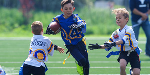 Kinder spielen Flag Football
